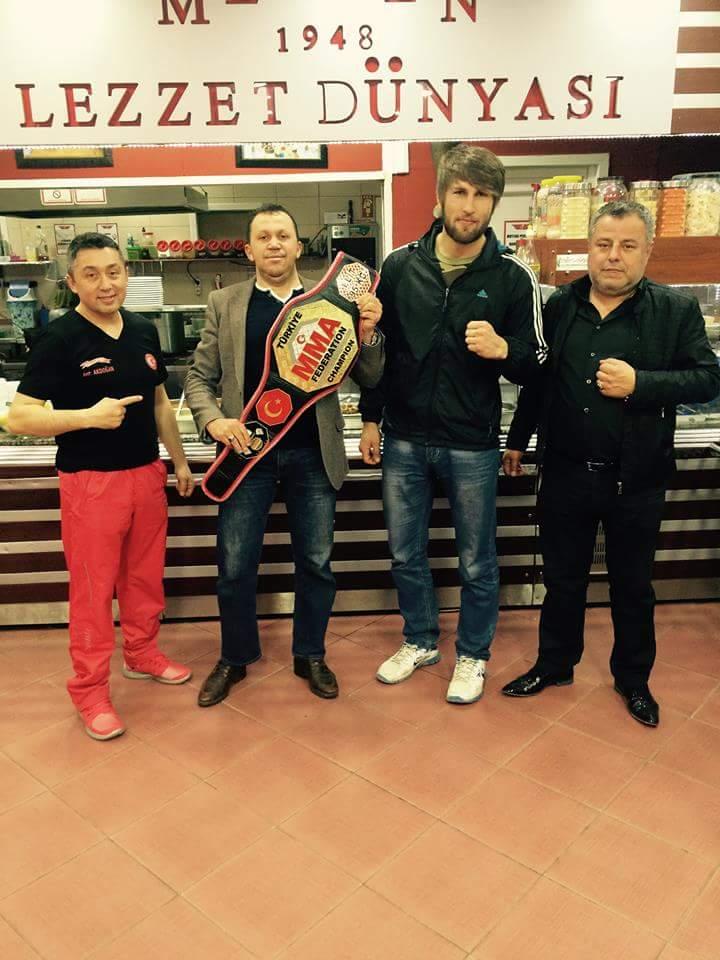 Mengenli Muay-Thai Miili takım Antrenörü Ertan Akdoğan ve sporcusu Dünya şampiyonasına katılıyor