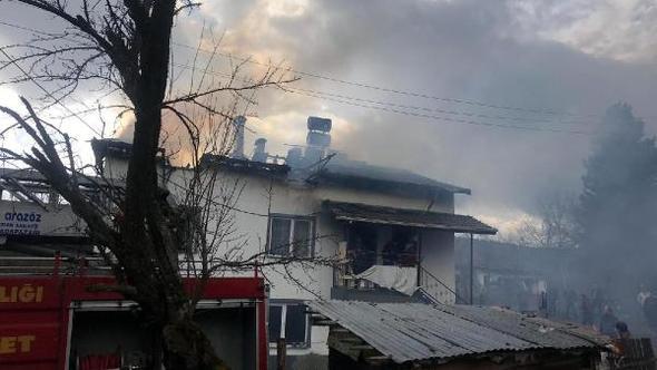 Mengen'de 2 katlı evin çatısı yandı