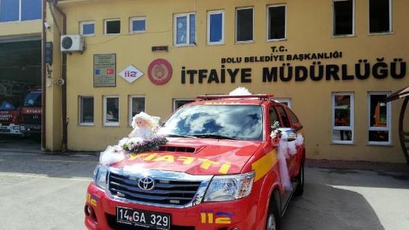 İtfaiye aracı gelin aracı oldu, damat düğüne itfaiyeci kıyafetiyle katıldı