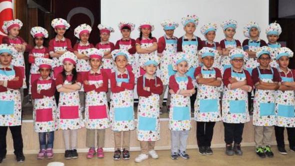 Minik öğrenciler kurabiye yaptı