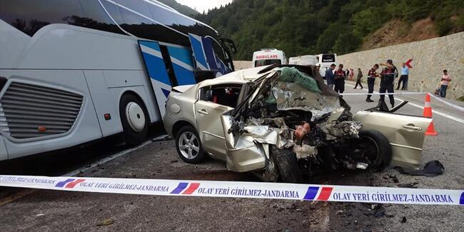 Otomobil İle Yolcu Otobüsü Çarpıştı; Uzman Çavuş Öldü, 8 Kişi Yaralı