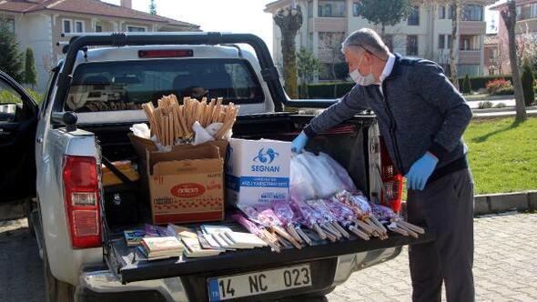 Muhtar, evlerde kalan çocuklara kitap ve uçurtma dağıttı