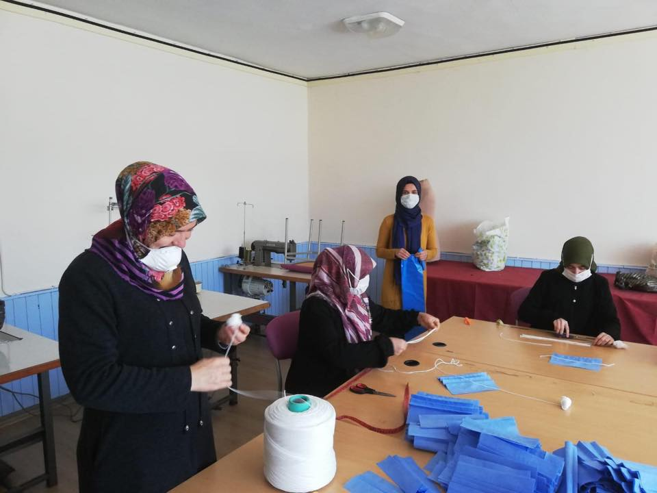 MENGEN Halk Eğitim Merkezinde , koronavirüse karşı hijyenik ortamda maske üretimine başlandı.