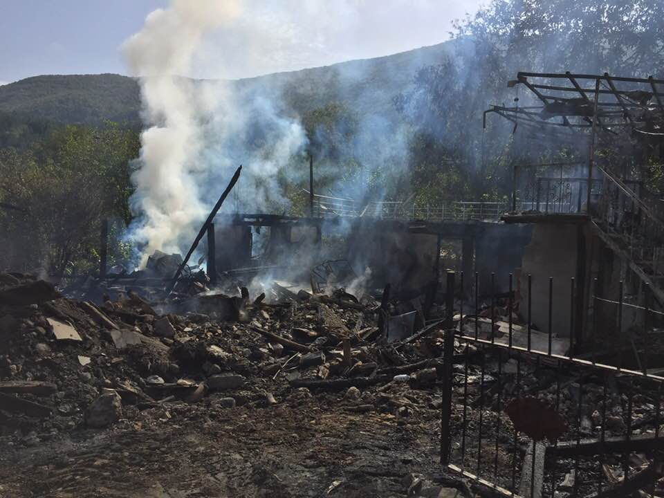 Karakaya Köyü'nde yanan 2 katlı ev kül oldu
