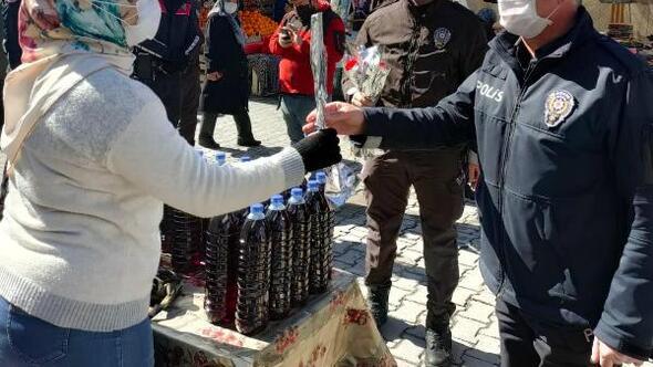 Polis, kadınlara çiçek dağıttı