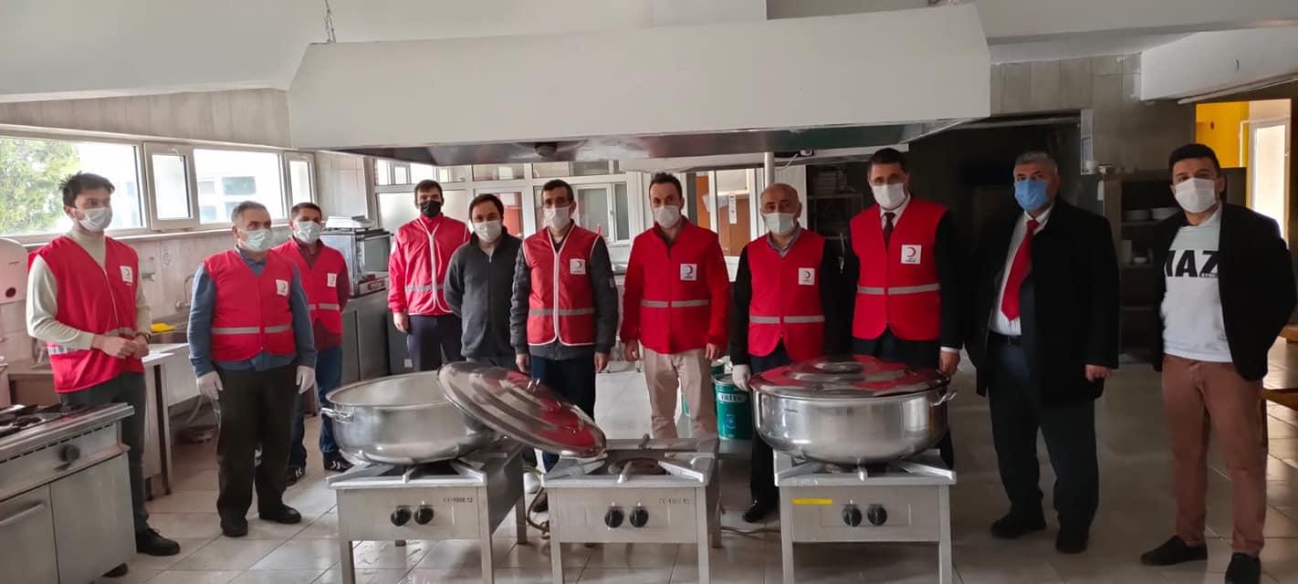 Mengen Kızılay Şubesi ve gönüllü öğretmenler, ihtiyaç sahiplerine iftar yemeği dağıtıyor