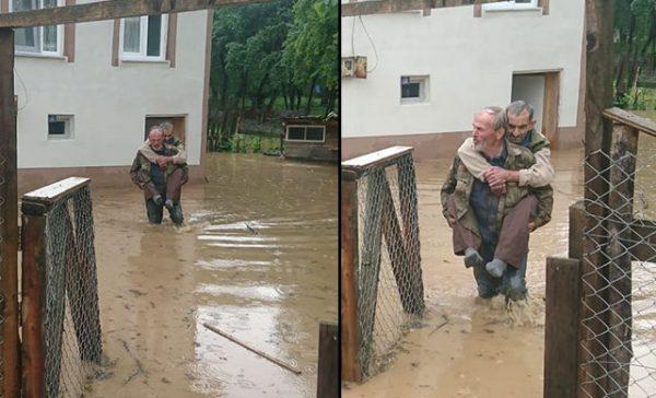 Pazarköy'de su basan evde mahsur kalan görme engelli komşusunu sırtında taşıdı