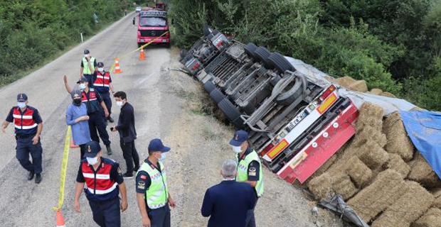 Mengen'de devrilen saman yüklü TIR'ın şoförü öldü